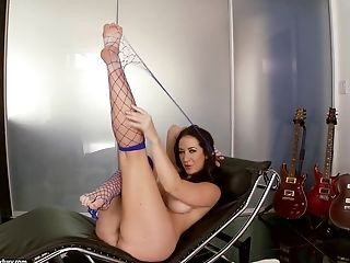 Barefoot Jayden Jaymes stuffs stockings in her pussy